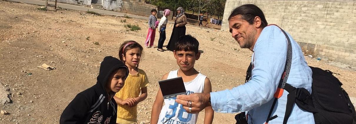 Galactus Traduzioni Milano: In Turchia il fotografo Italiano Charley Fazio trasforma i bambini siriani rifugiati in reporter